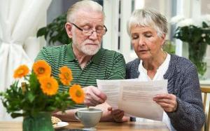 Пенсионеры с листком